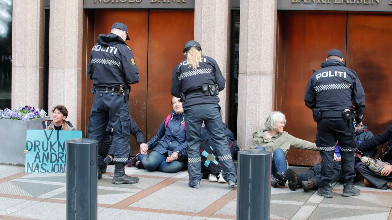Extinction Rebellion Norge blokkerer Norges Bank. De krever Oljefondet trekkes ut av kull