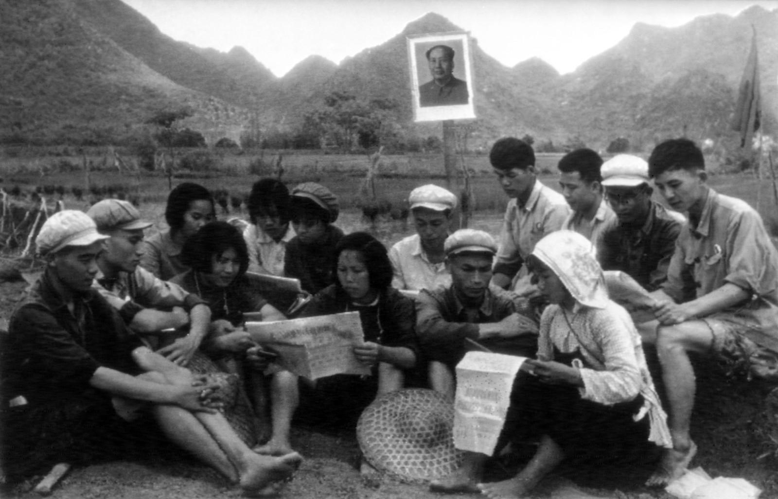 Under kulturrevolusjonen ble hundretusener av unge studenter og skolelever sendt ut på landsbygda for å ta del i bøndenes arbeid. Her studerer en gruppe i Kwangsi-provinsen dokumenter fra partikongressen i 1969.