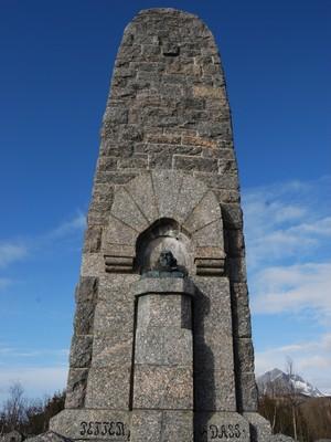 MONUMENT: Et ruvende monumentet av Petter Dass, på en høyde like ved Petter Dass-museet. Foto: Billy Jacobsen / NRK