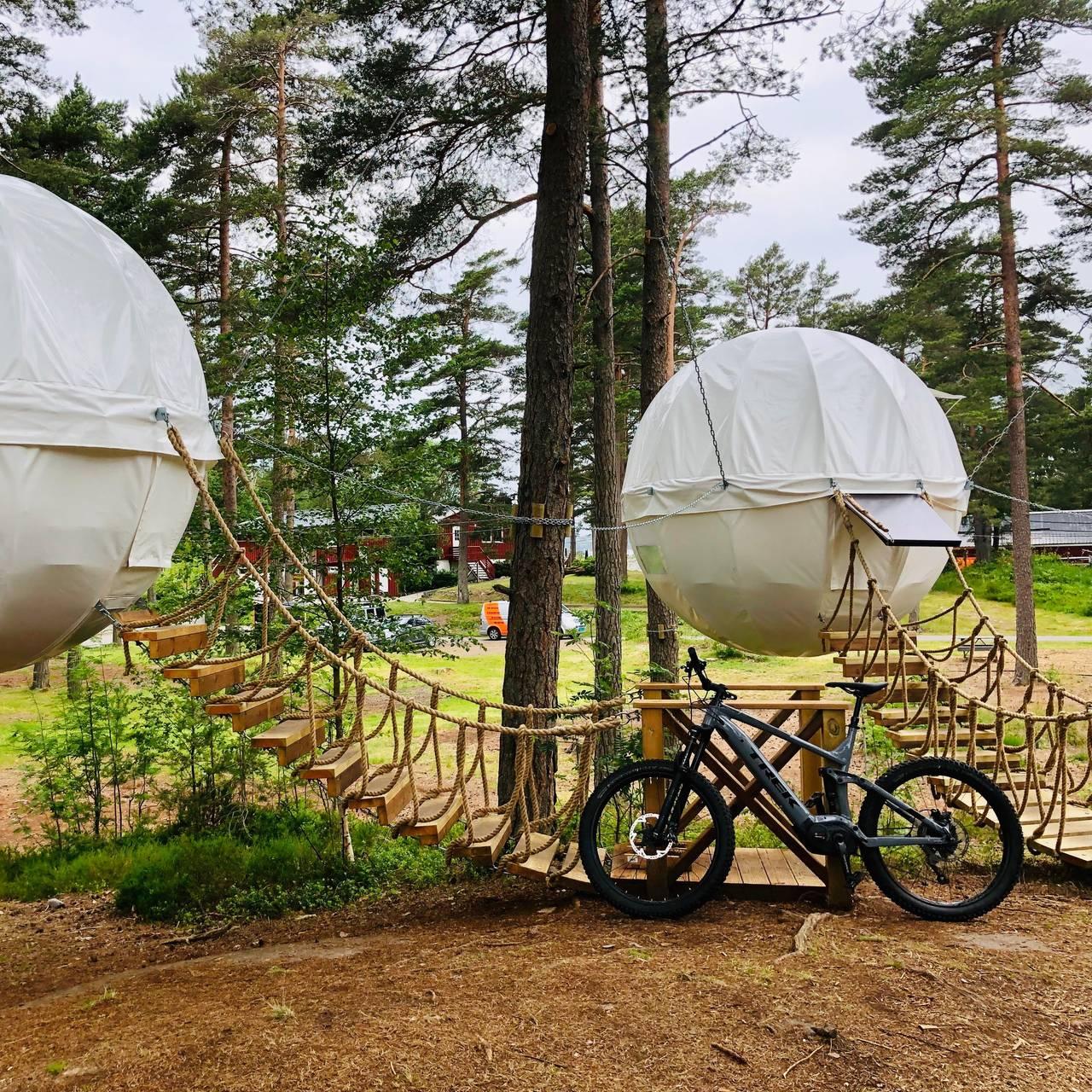 På glampingferie i Hove, Arendal så kan du sove i kuletelt oppe i trærne.