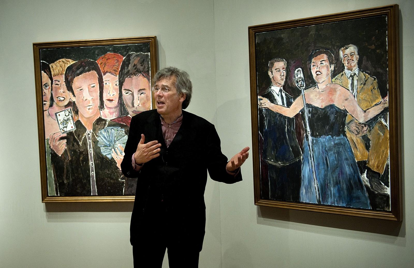 Kasper Monrad ved Statens Museum for Kunst i København viser frem to malerier av Bob Dylan.