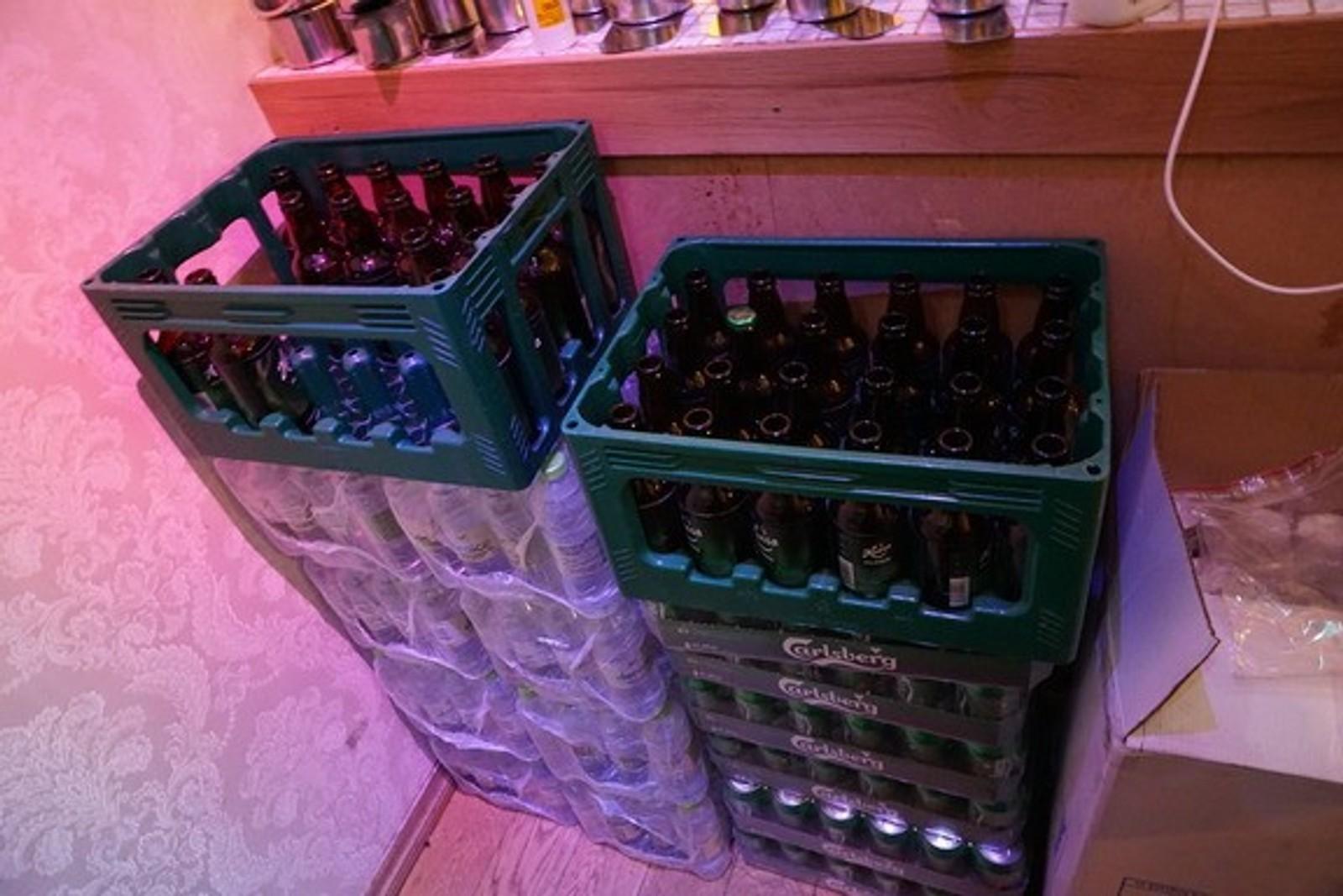 ULOVLIG SKJENKING: Skjenkekontrollørene fant kassevis med øl som skal ha vært solgt ulovlig i pokerklubben.