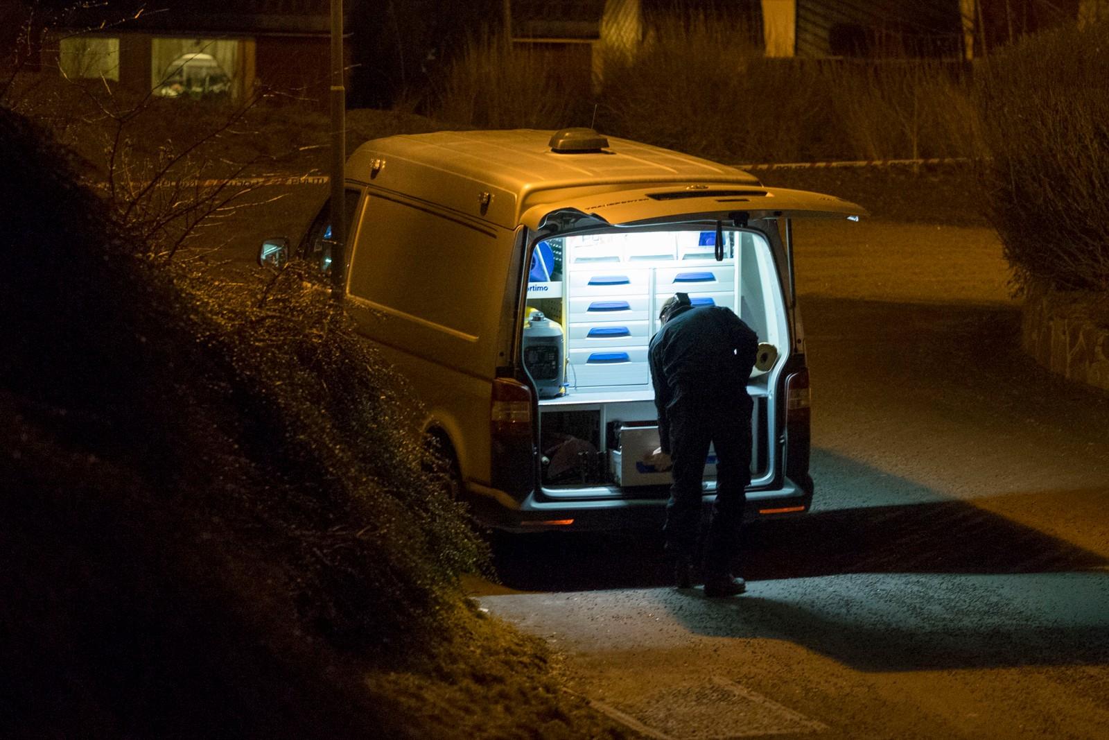 Politiets kriminalteknikere etterforsker et mistenkelig dødsfall i Kristiansand natt til lørdag.
