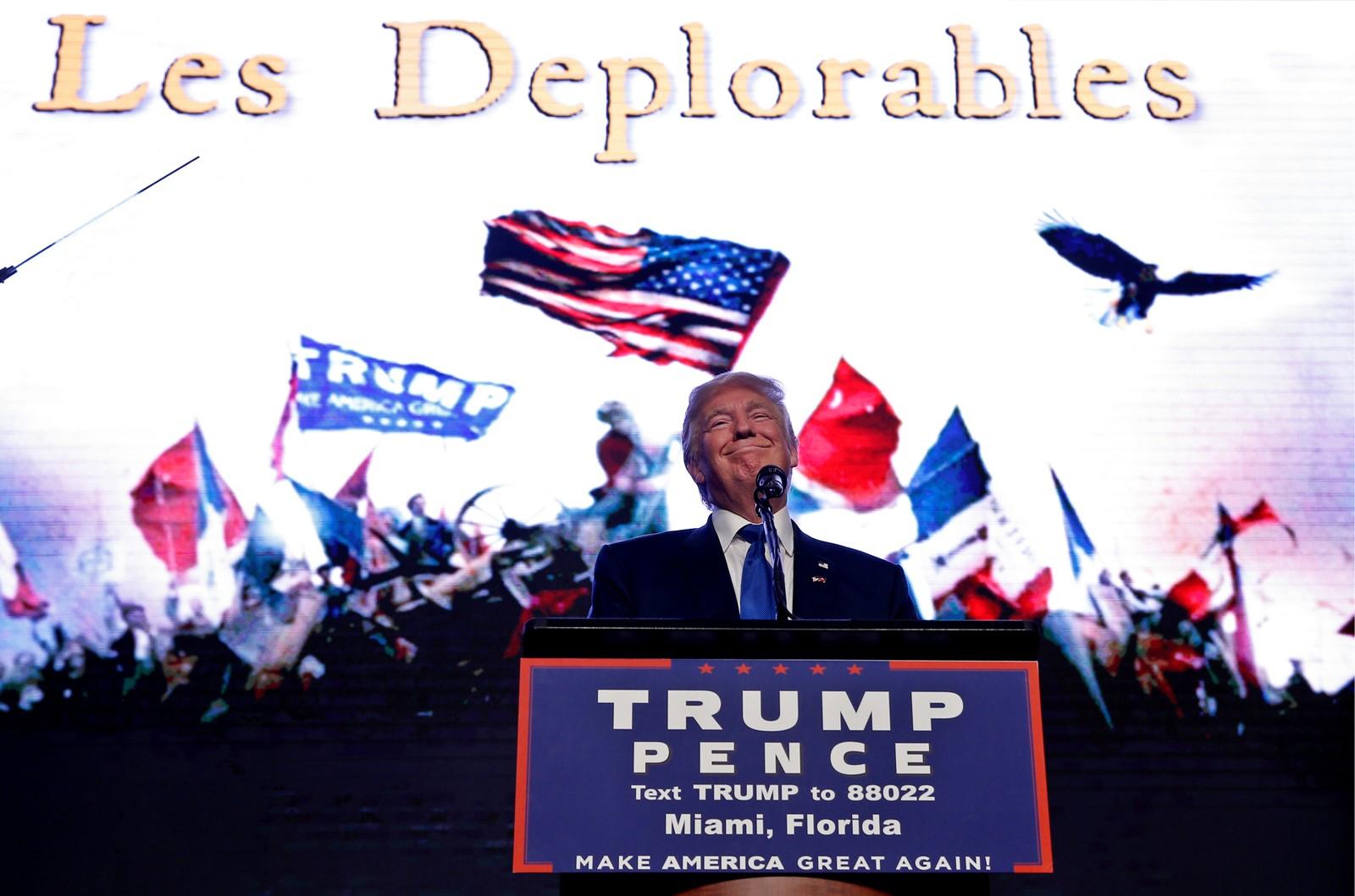 USAs republikanske presidentkandidat Donald Trump på talerstolen under et valgkamparrangement i Miami, Florida 16. september. Bildet på storskjermen i bakgrunnen er et omgjort bilde fra den kjente musikalen Les Miserables, et svar etter at Hillary Clinton kalte halvparten av Trumps velgere «elendige».