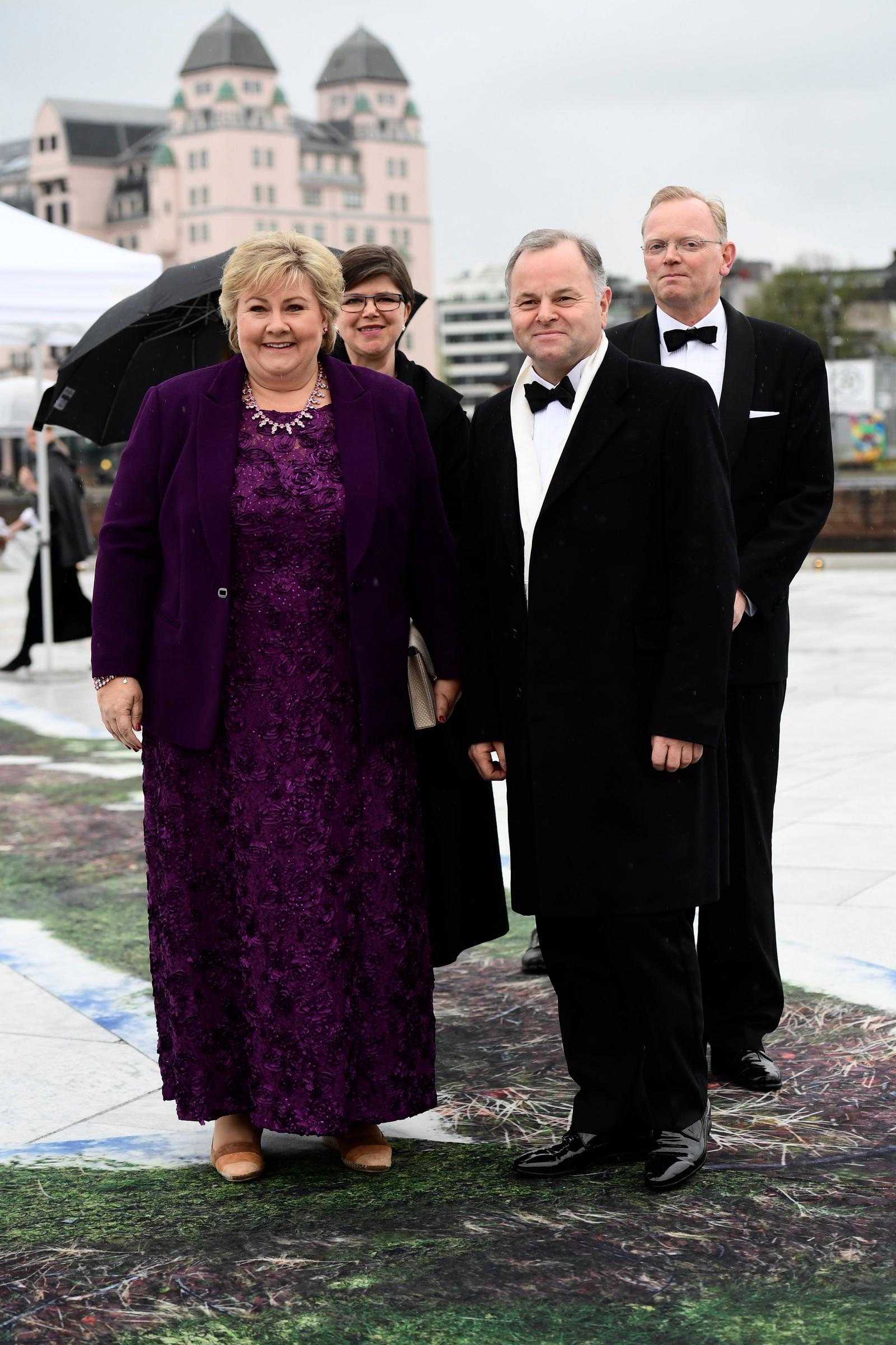 Statsminister Erna Solberg og stortingspresident Olemic Thommessen ankommer festmiddagen i Operaen i anledning kongeparets 80-årsfeiring. Bak til høyre står Erna Solbergs ektemann Sindre Finnes.