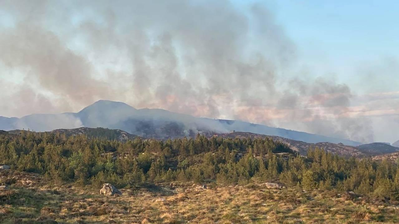 Brann og røyk i terreng i Øygarden