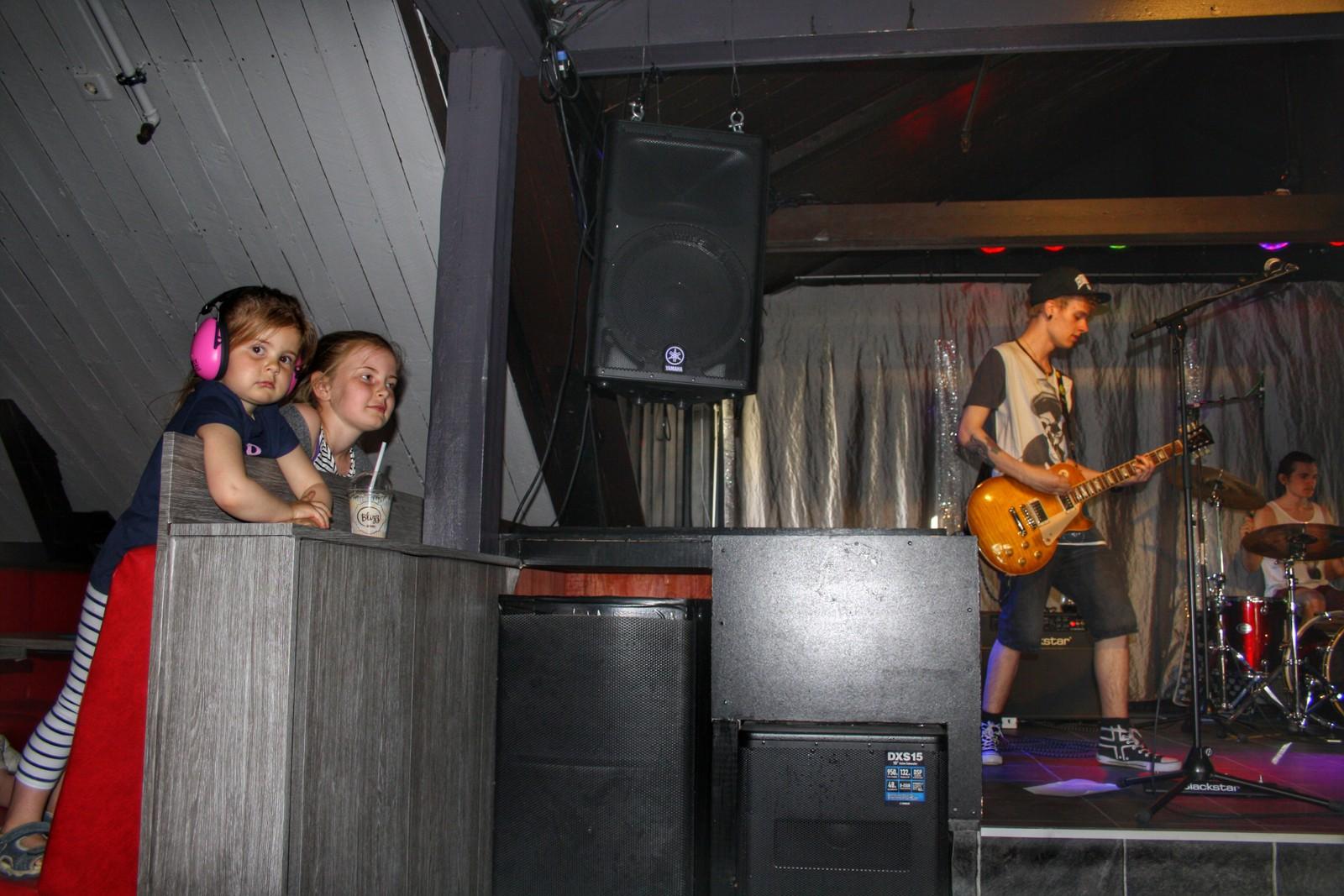 Unge fan. Nora og Liva Stivang på punk-konsert på Lucky.