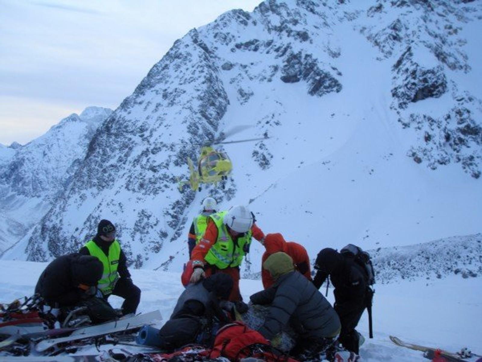 Redningsmannskapene i full gang etter snøskredet 13. oktober 2007.
