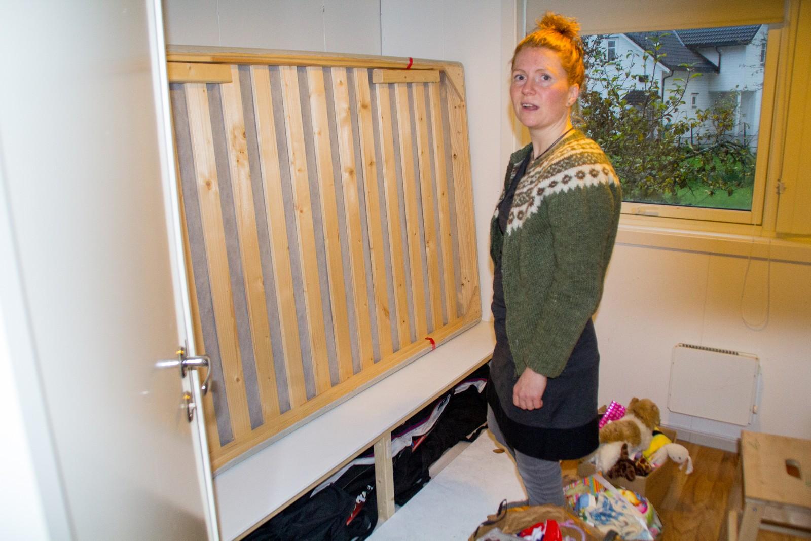 Snædis Laufey Bjarnadòttir bur i minihus på 20 kvadratmeter med dottera si, Solrunn. Her kan senga spennast opp til veggen slik at jenta får leikeplass på golvet. Under senga er også boks til pulk og ski.