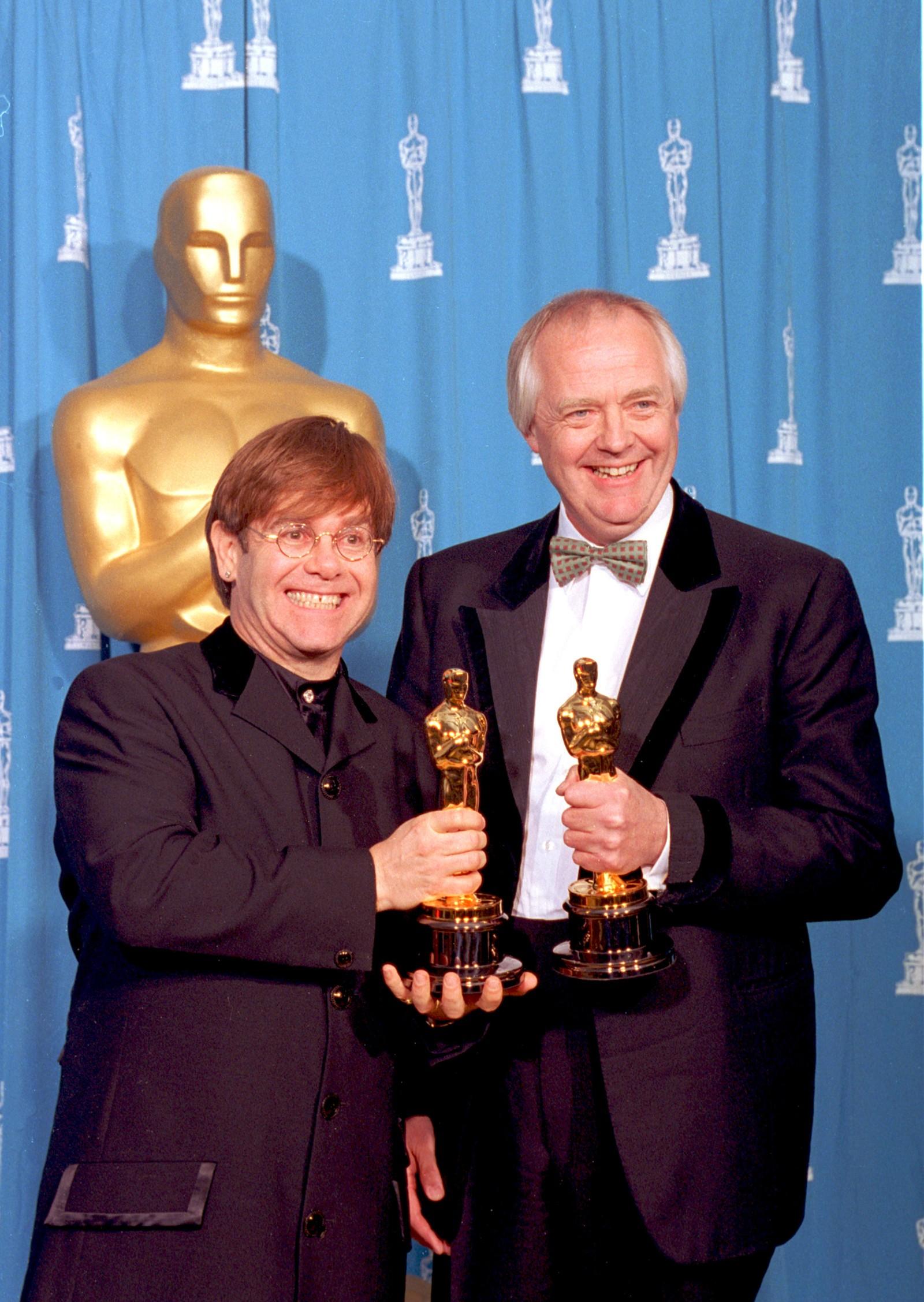 1995: Med Oscar-statuettar for beste musikk og beste tekst poserer Elton John og Tim Rice i Los Angeles.