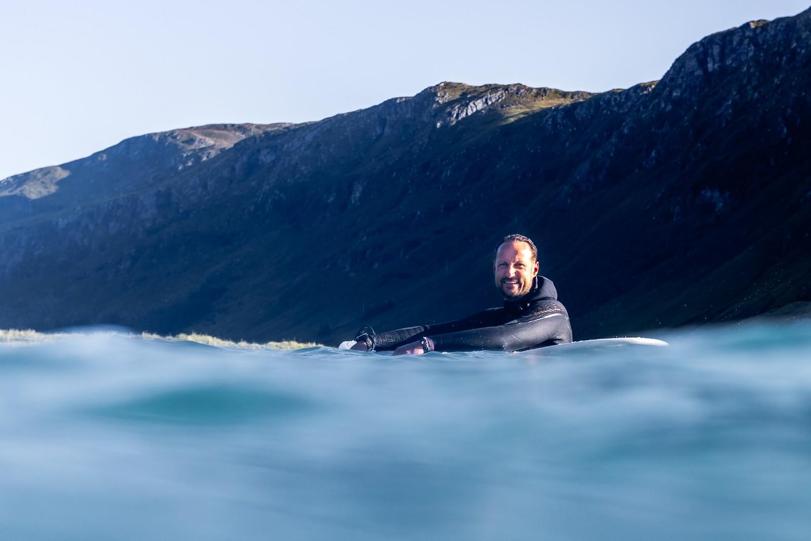 Kronprinsfamilien surfer i Hoddevik ved Stad.