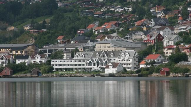 Hofslund Fjord Hotel sett frå Hagalandet. Foto: Kjell Arvid Stølen, NRK.