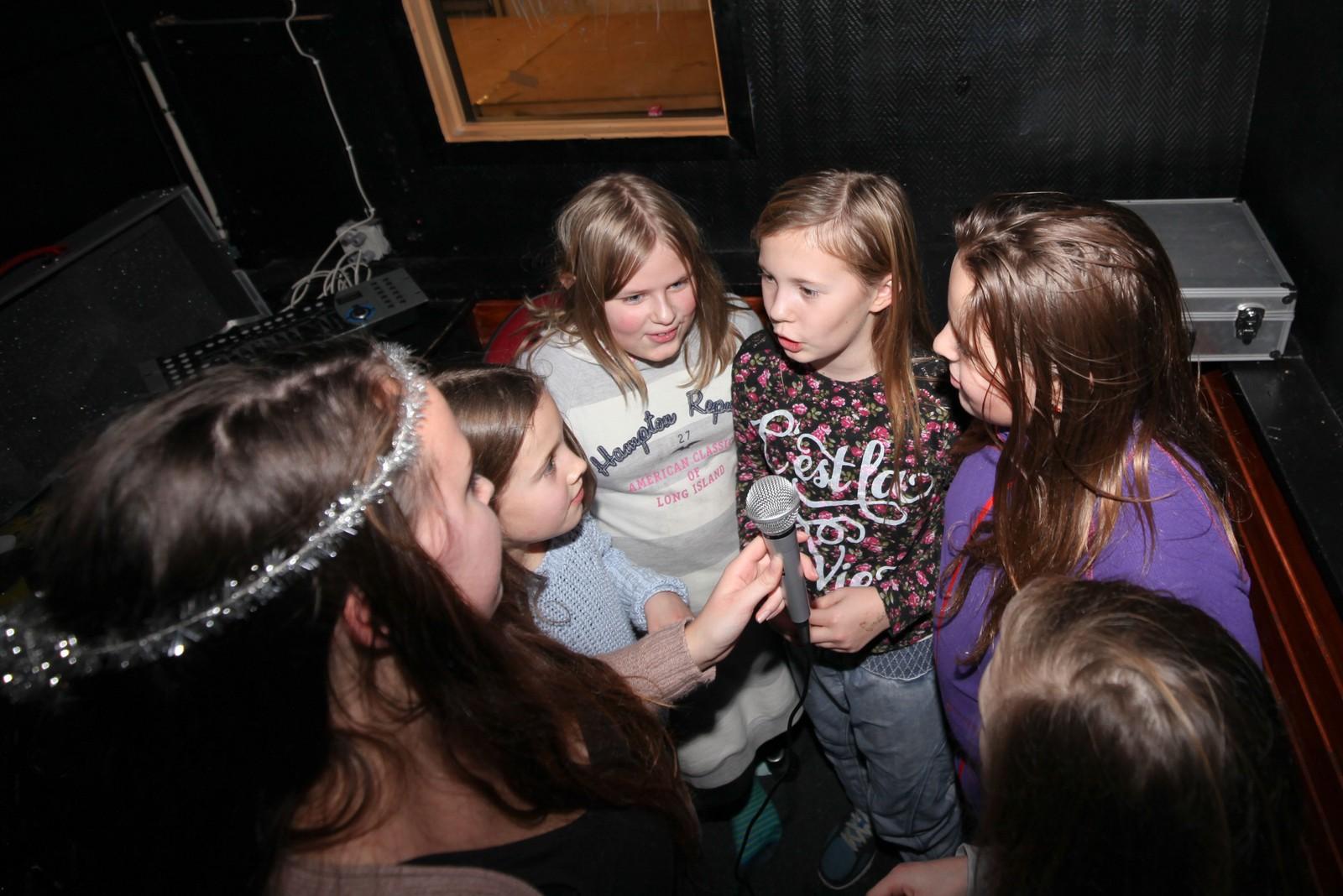 Tid for karaoke på juniorklubben. Fra venstre: Klubbarbeider Marthe Ellingsen (med glitter), Eline Horndal Ankil, Thea Lovise Strand, Celina Kristensen, Nora Madsen Seferagic og Linnea Olsen (delvis synlig).