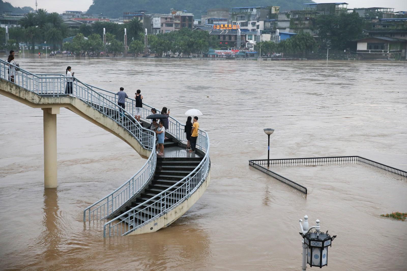 Den kinesiske elva Li gikk over sine bredder tidligere i uka. Mange observerte, og fotograferte, hendelsen.