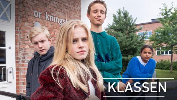 Livet i klassen er som en berg- og dalbane av kjærlighet, vennskap og samhold. Norsk dramaserie.