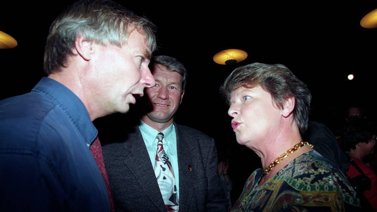 Rune Gerhardsen diskuterer med Gro Harlem Brundtland på Arbeiderpartiets valgvake under kommune- og fylkestingsvalget 1995. I midten i bakgrunnen Thorbjørn Jagland .