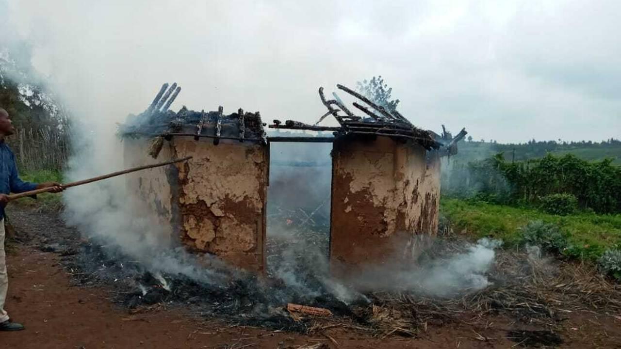 Ogiek-folket tvangsflyttet fra Mauskogen i Kenya. Hus som ikke kunne rives ned og tas med, ble brent.