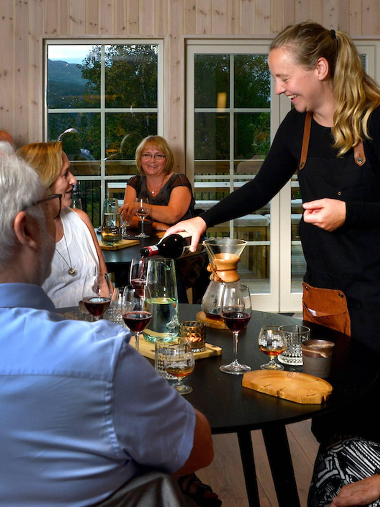 Et selskap på Til Elise Fra Marius, restaurant og overnatting på Utskarpen, Rana kommune.