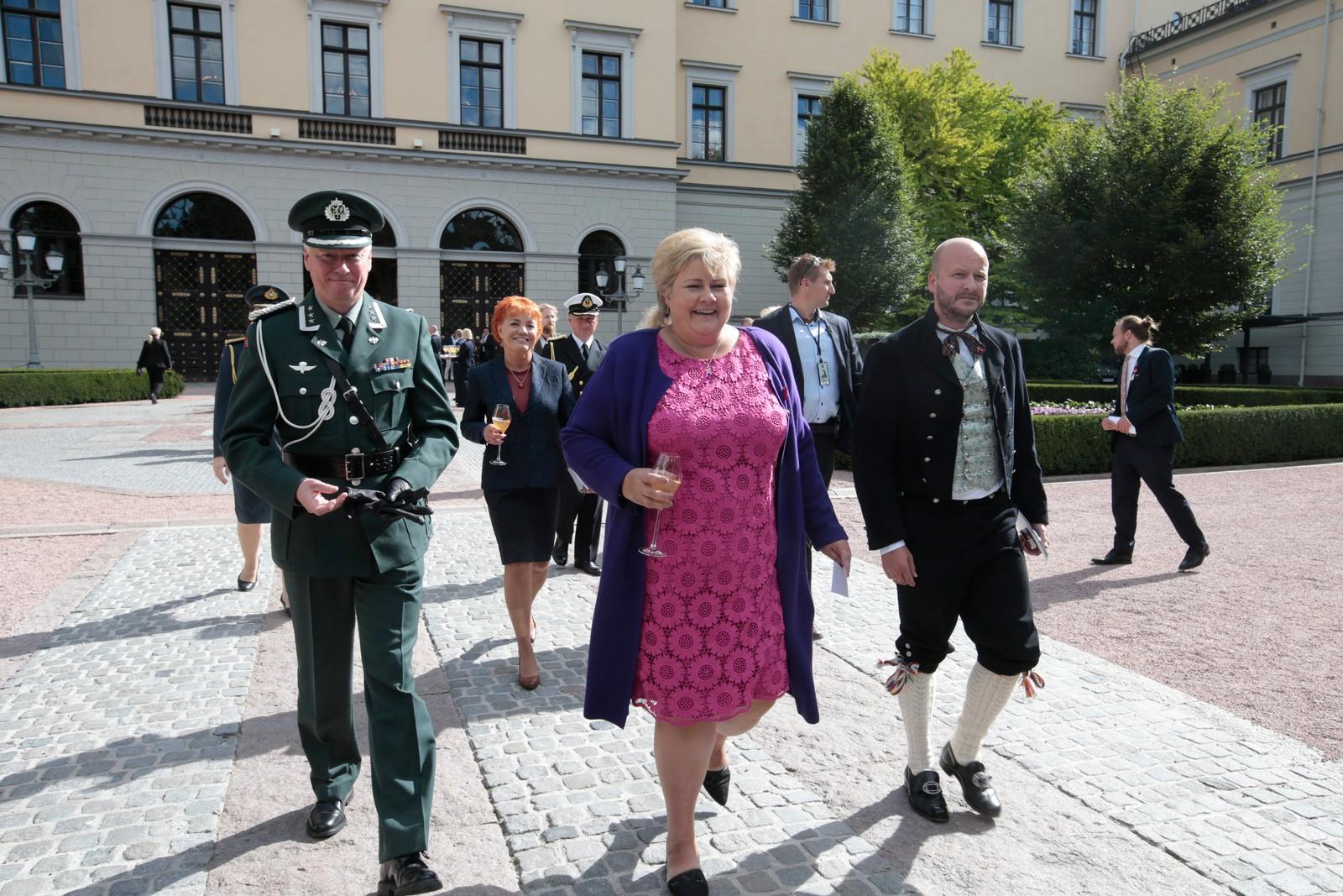 Erna Solberg ankommer kongeparets hagefest i Dronningparken.