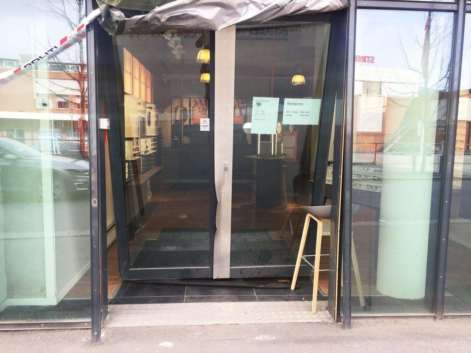 I formiddag har politiet på Romerike undersøkt brillebutikken i Strømmen Storsenter nærmere.