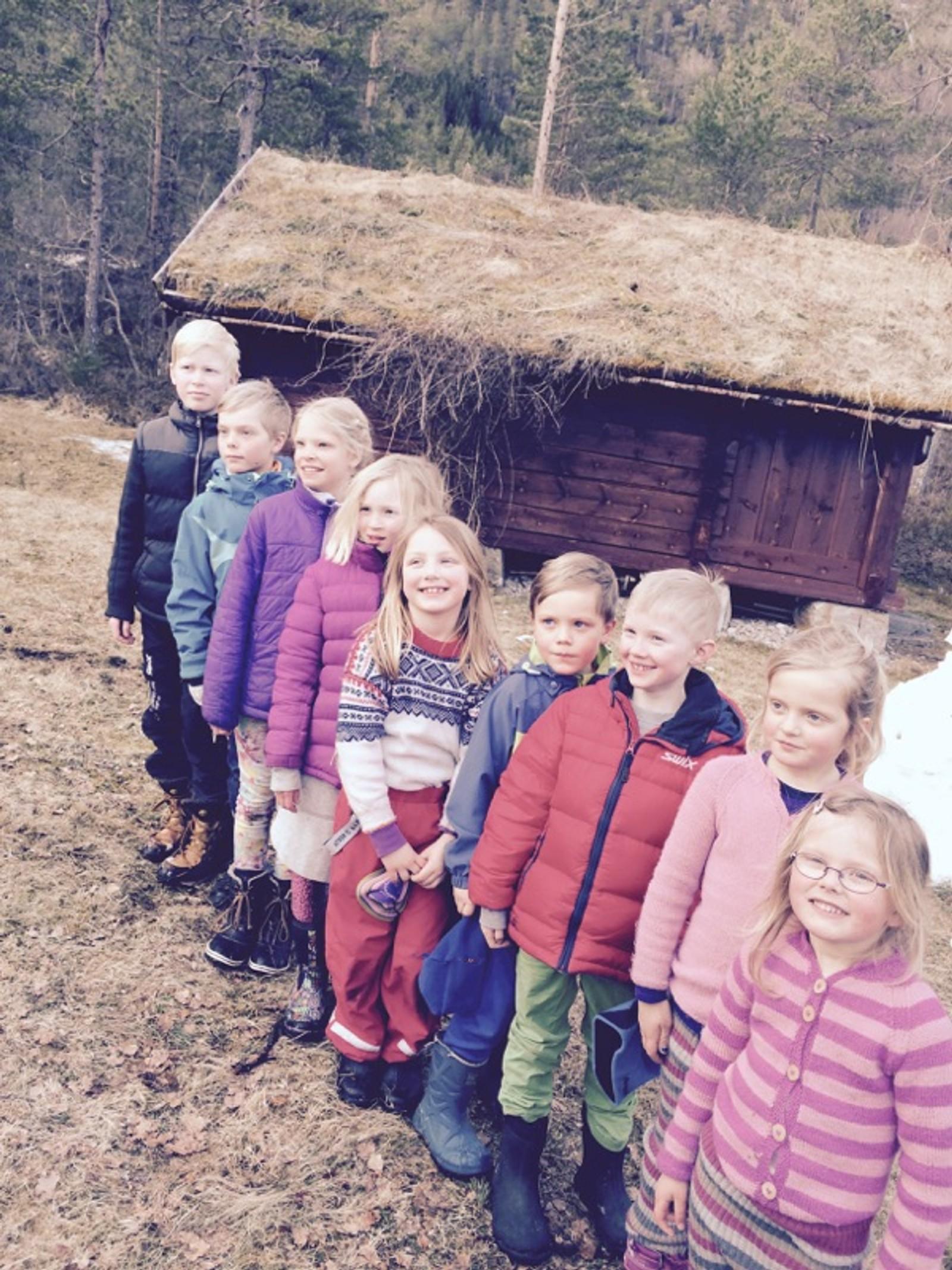 Glade tremenningar Endre, Lucas, Ingrid, Mathea, Rebecca, Mikal, Peder, Oline og Anne klar for påskeeggjakt.