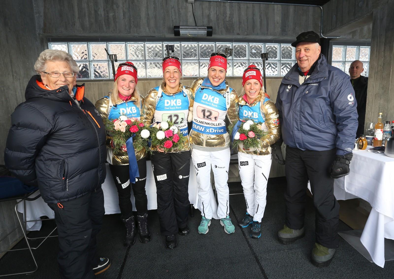 Stafett kvinner VM i skiskyting i Holmenkollen fredag. Kong Harald hilser på gullljentene, fra v. Marte Olsbu, Fanny Horn Birkeland, Synnøve Solemdal og Tiril Eckhoff. T.v Prinsesse Astrid.