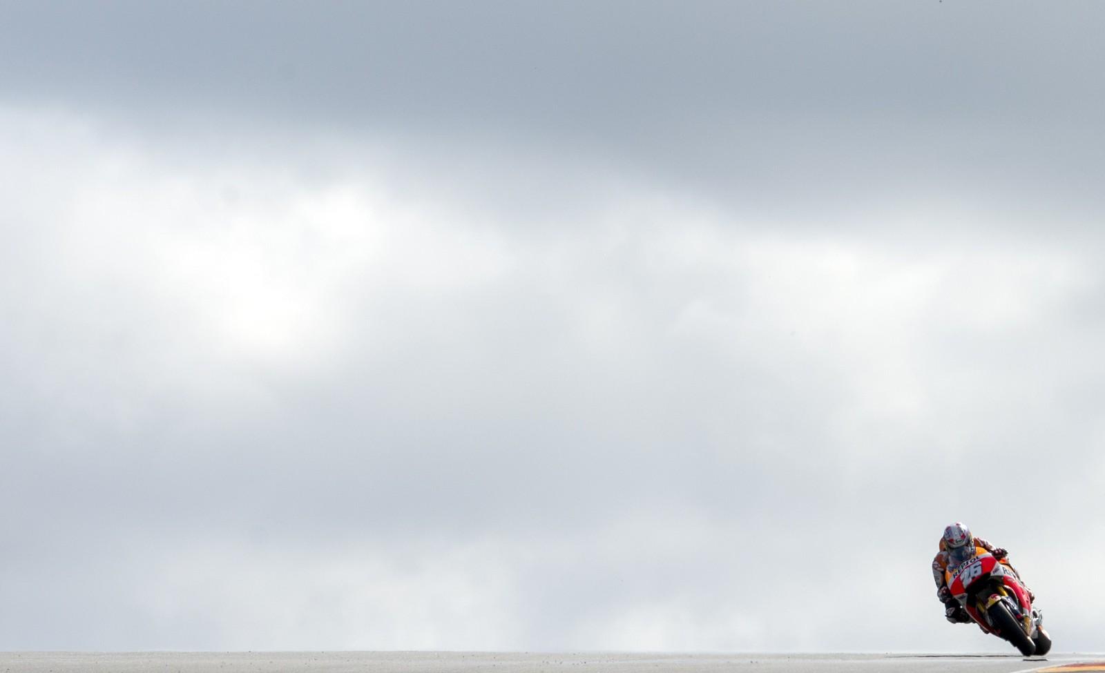 Spanske Dani Pedrosa suser avgårde under oppvarmingen til MotoGP Grand Prix på Sachsenring-banen i Tyskland.