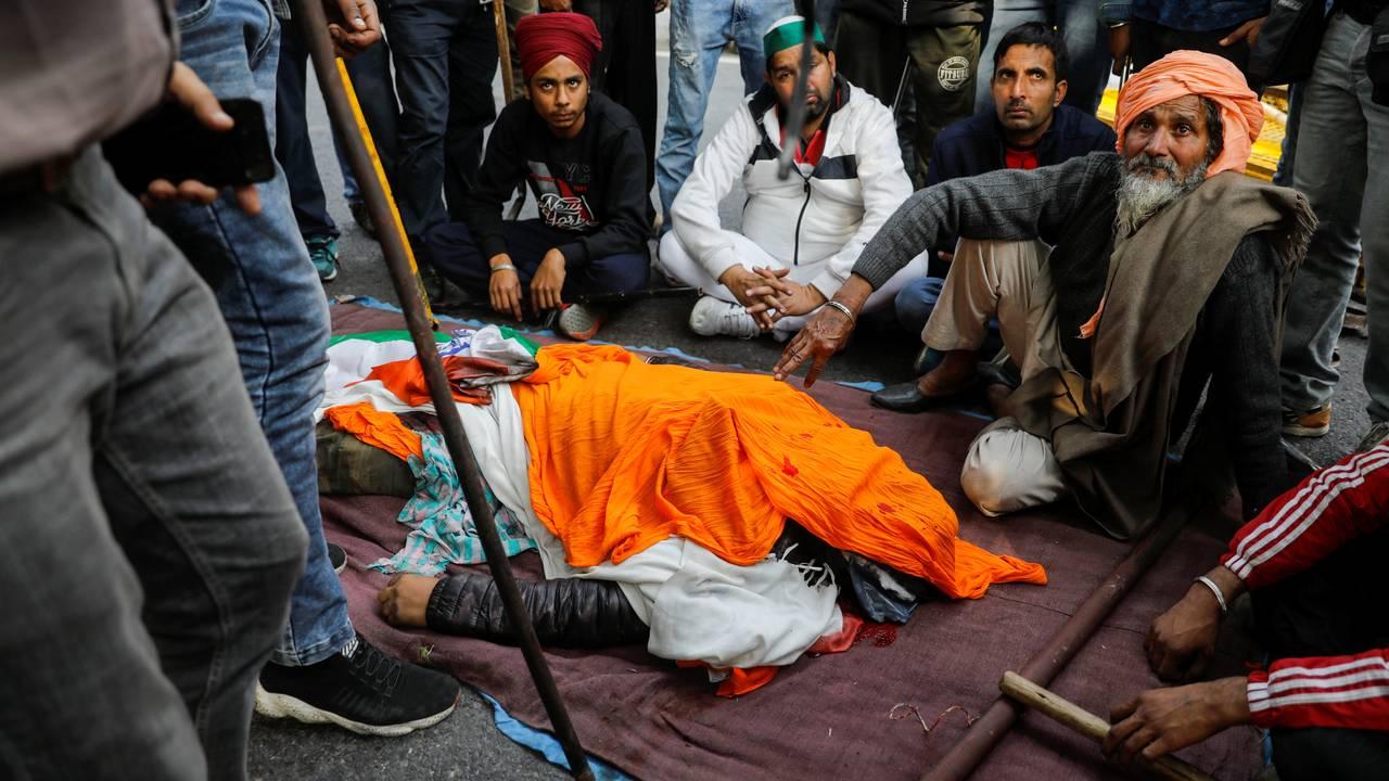 En demonstrant døde under de voldsomme opptøyene. Delhi, 26. januar.