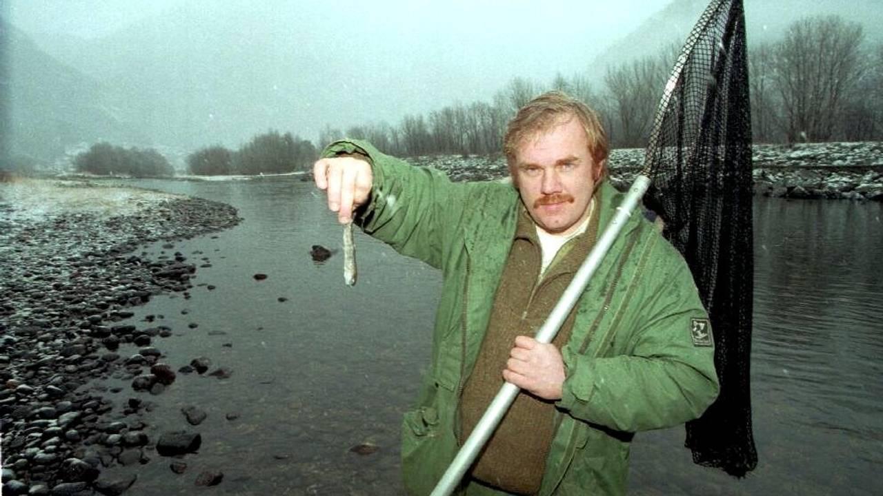 AKSJON: Kurt Oddekalv viser frem smittet smolt under en aksjon i lærdalselva i 1997.