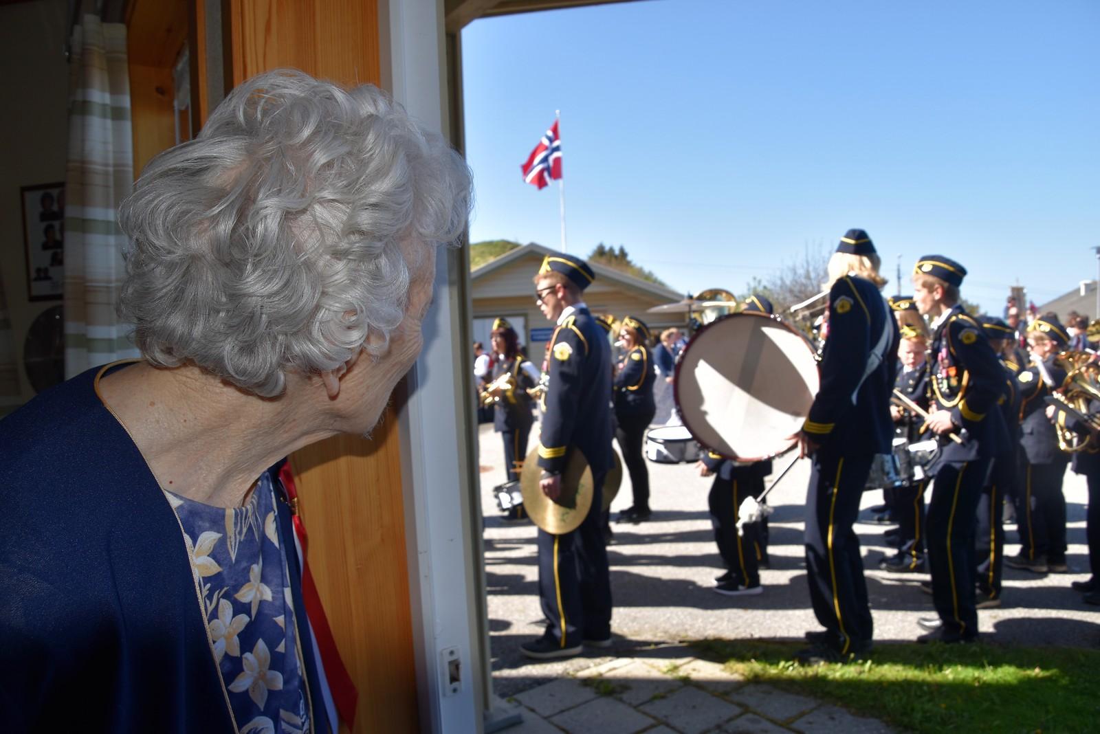 Borgny Mahle i Bud fyller 102 år i sommer. I dag ventet hun spent på toget som kom til Lundhaugen omsorgssenter.