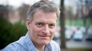 """Forfatter Lars Mytting fikk sitt store gjennombrudd med en bok om stabling av ved. Nå er også romanen """"Svøm med dem som drukner"""" solgt til en rekke land. Hør Lars Mytting i Jul i P2 (Sendedato: 25.12.2015)"""