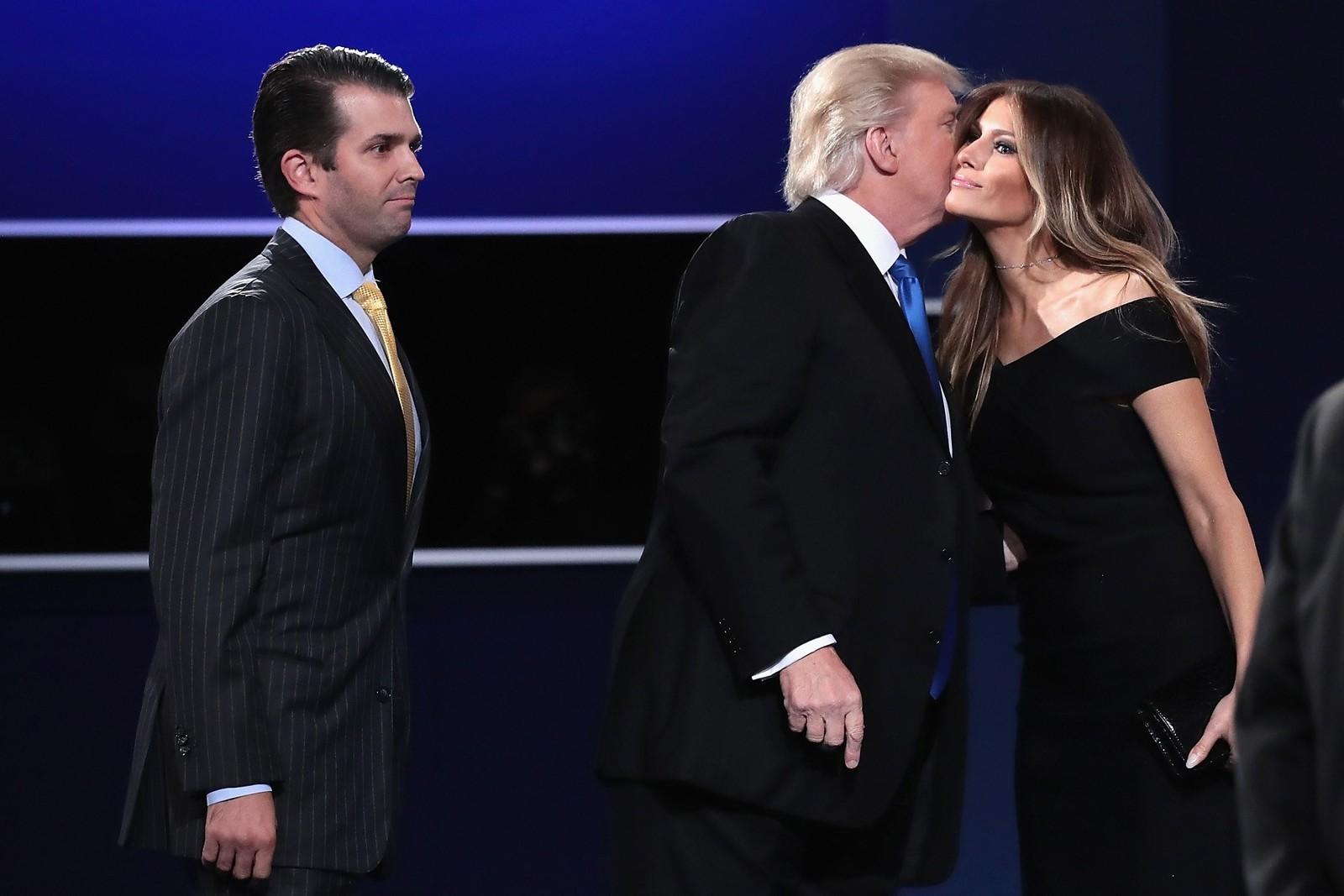 Trump kysset kona Melania Trump straks etter debatten. Til venstre står sønnen Donald Trump jr.