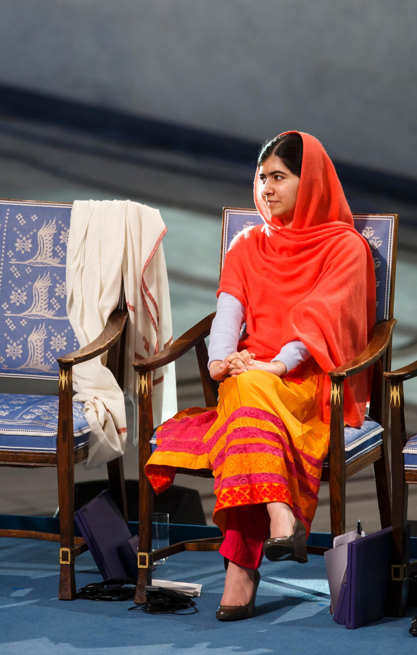 Malala Yousafzai mottar fredsprisen i Oslo Rådhus onsdag.