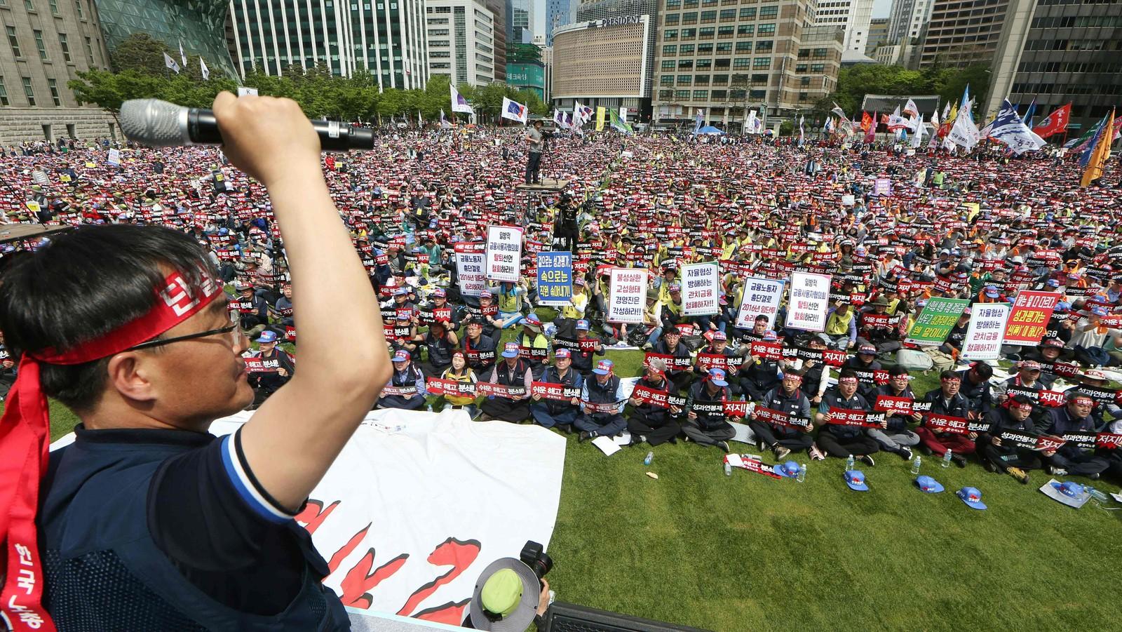 Fagorganiserte arbeidere arrangerte 1. mai-markering foran rådhuset i Seoul søndag.