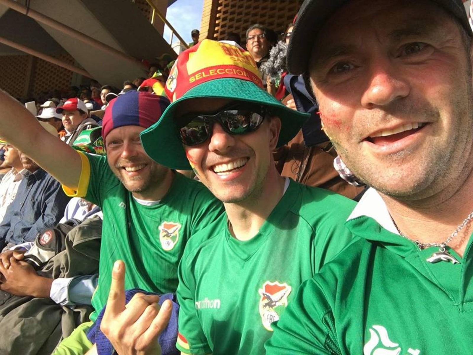 På torsdag var det tilfeldigvis VM-kvalifiseringskamp i fotball mellom Bolivia og Colombia. Her sitter en norsk gjeng på tribunen.