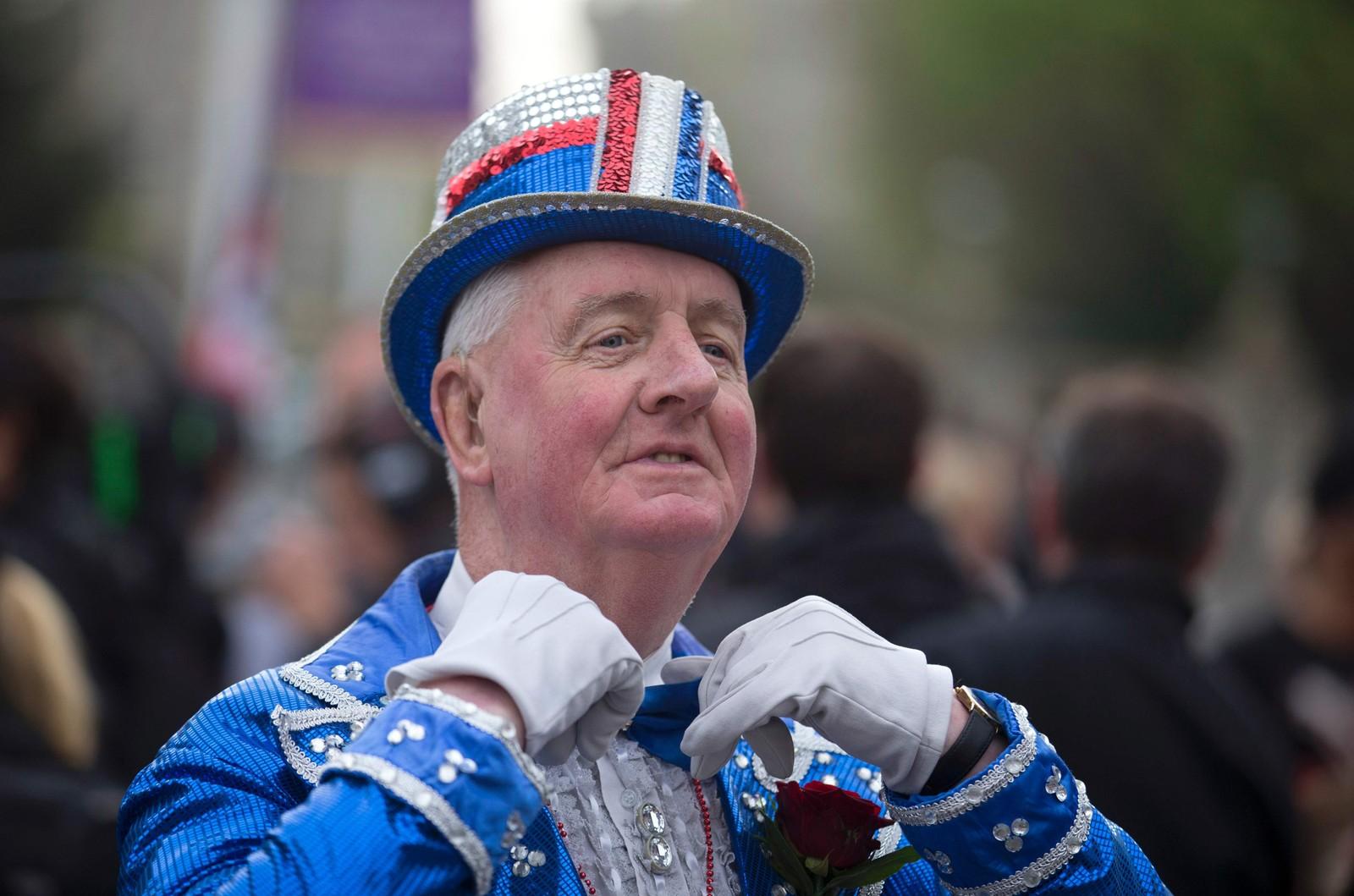 Tilhengere av kongefamilien poserer for fotografene utenfor Windsor slott, der de er på plass for å feire dronningen.