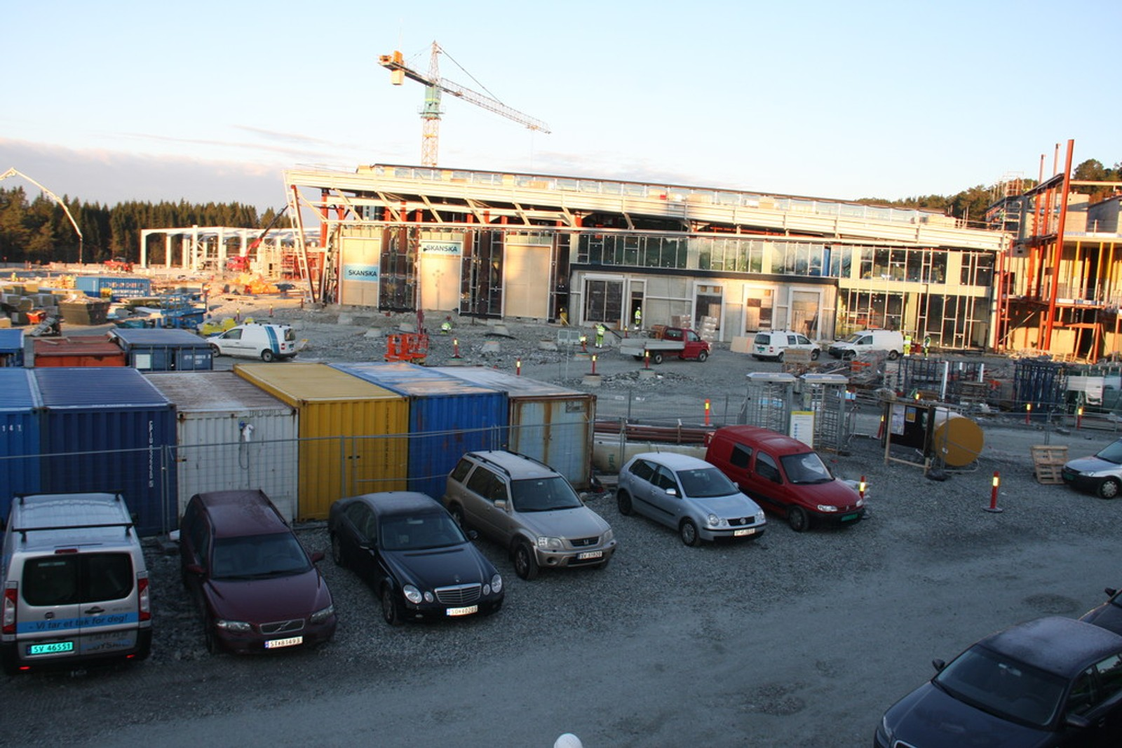 RUVER I TERRENGET: Byggingen av hallen, som ligger ved Fleslandsvegen bare noen hundre meter fra flyplassen, er i full gang. Både verksted, vognhall og administrasjonsbygget er veldig synlige i terrenget.