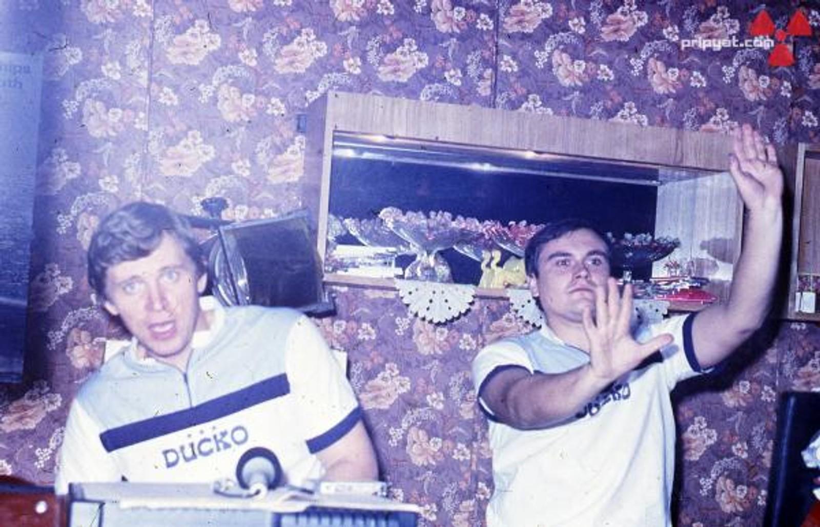 """Diskjockeyene en lørdagskveld i Kulturpalasset før katastrofen. Innbyggerne i Pripyat tilhørte eliten i Sovjetunionen og """"Energetik"""" var bygget for å tilby dem underholdning."""