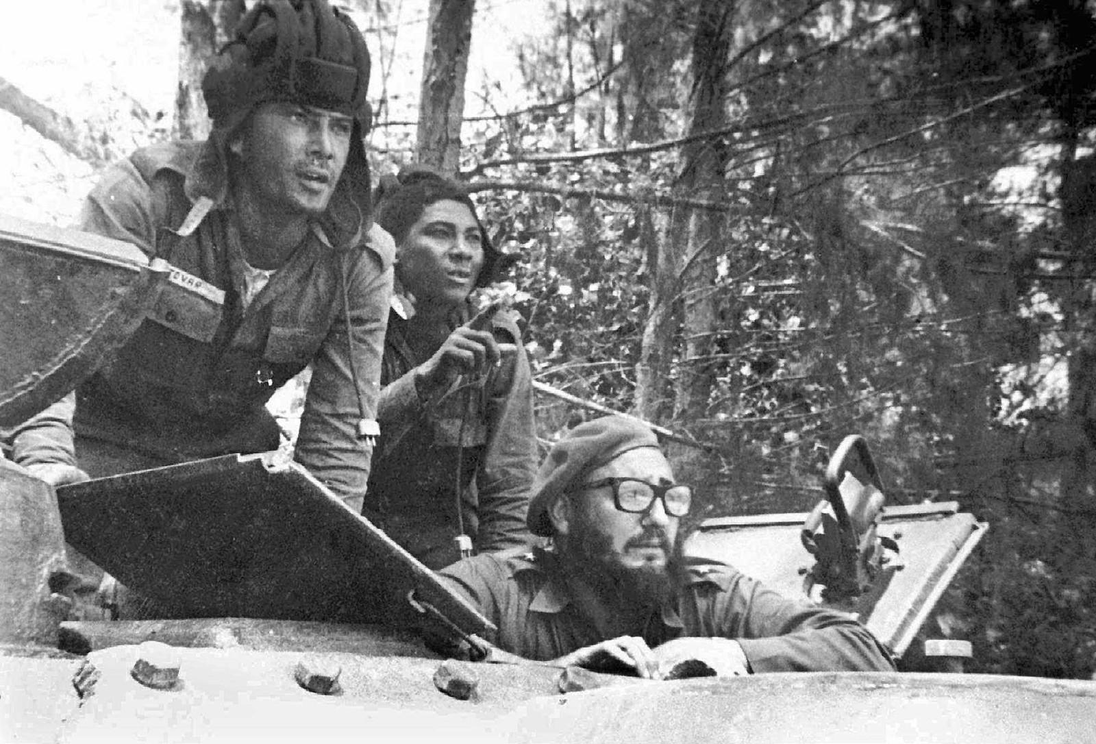 Fidel Castro sittende i en stridsvogn 17. april 1961 under den amerikansk-initierte invasjonen i Grisebukta. 1500 eksilcubanske Batista-tilhengere forsøkte å innta øya med amerikansk hjelp, for å velte Castro-regimet.