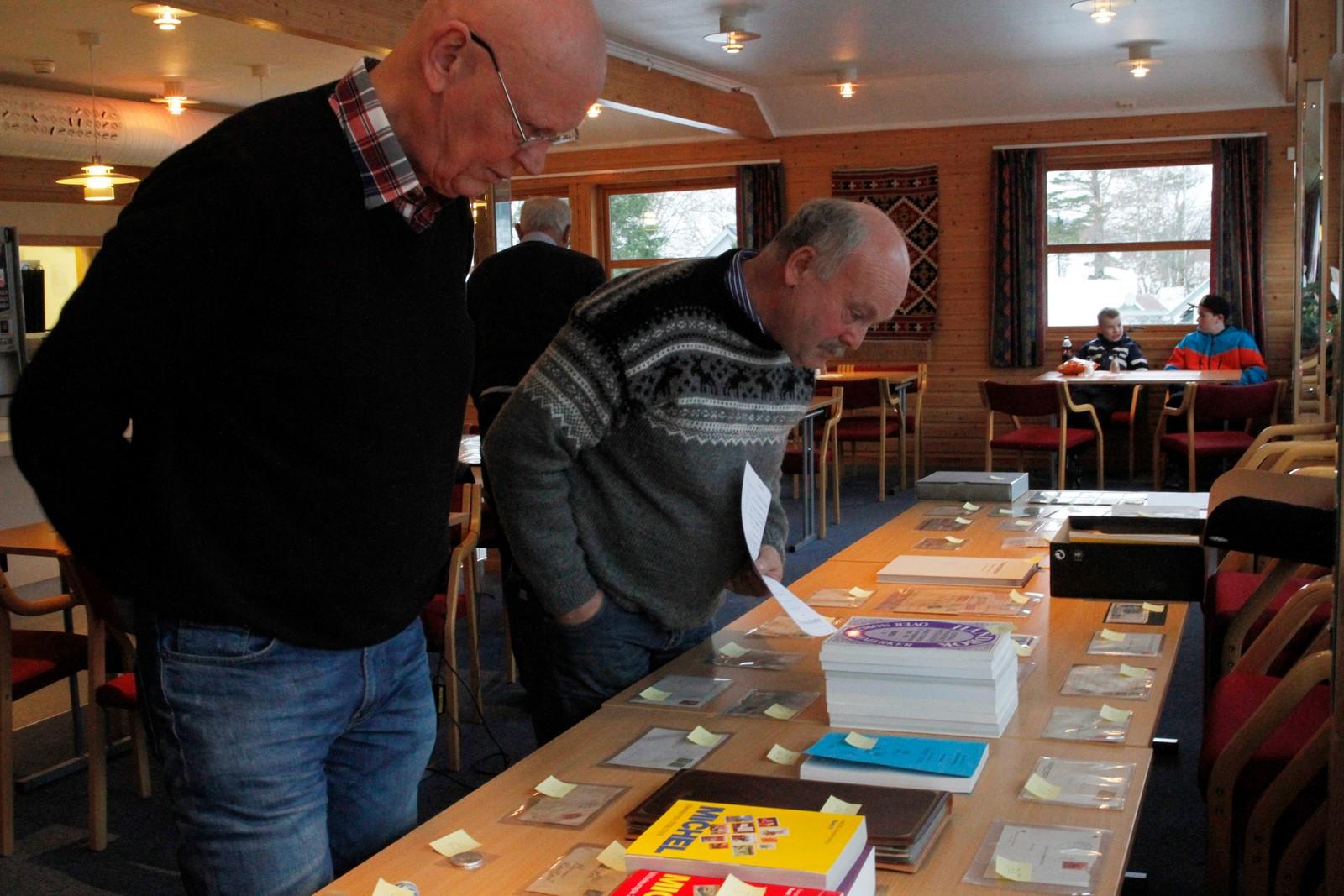 Gante Hareide og Bjarne Skrede ser om dei finn nokon spanande samleobjekt å by på i auksjonsrunden.