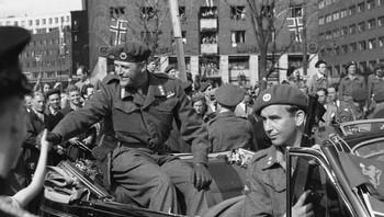 Kronprins Olav med livvakt Max Manus 13. mai 1945