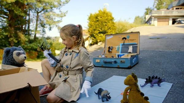 Hvem eier den mystiske pappesken som er full av leker? Live og Brillebjørn må undersøke den nærmere. Norsk dramaserie. (1:10)
