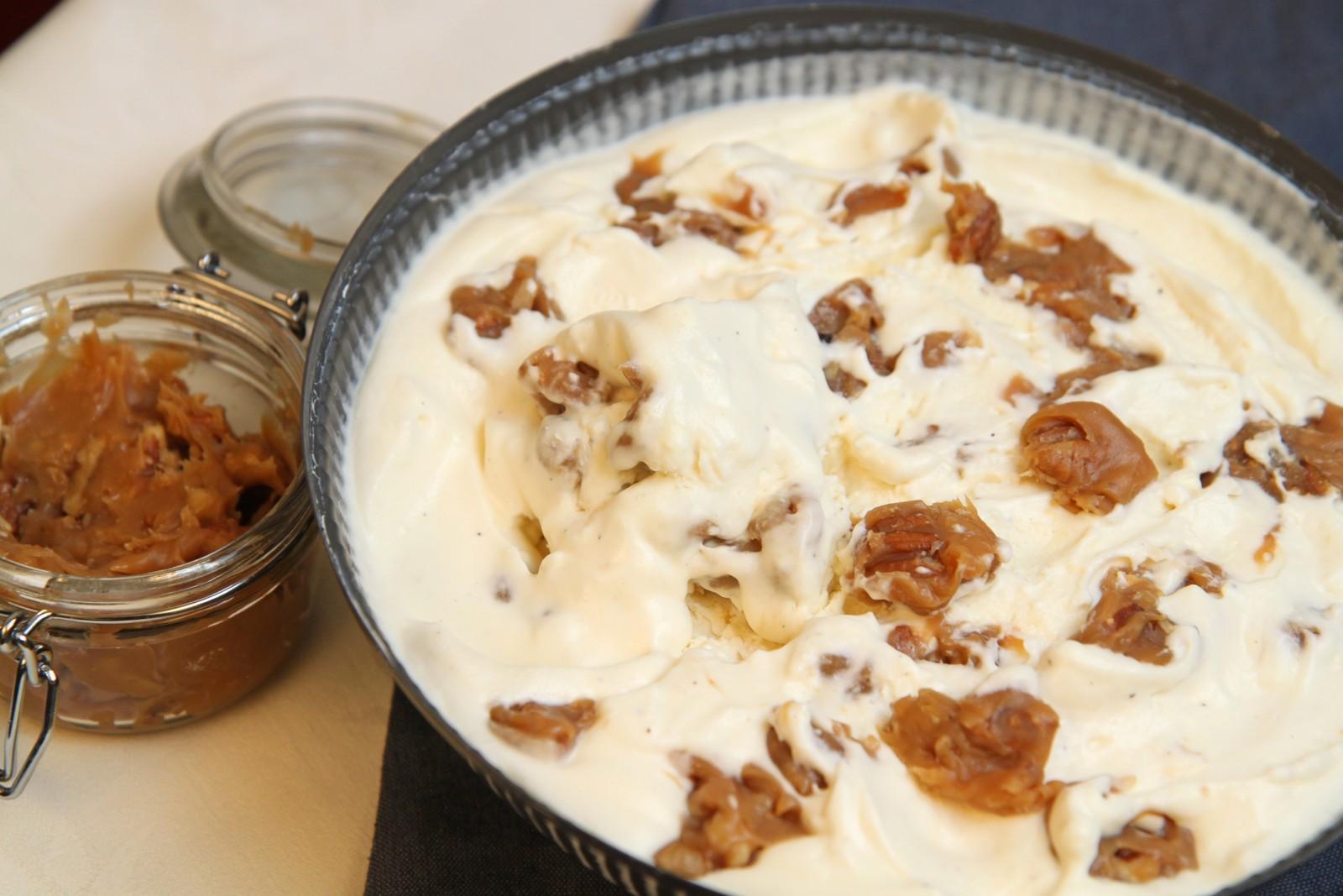 Iskrem med pekannøtter, valnøtter og fløtekaramellsaus med salt. Denne er det litt mer arbeid med.
