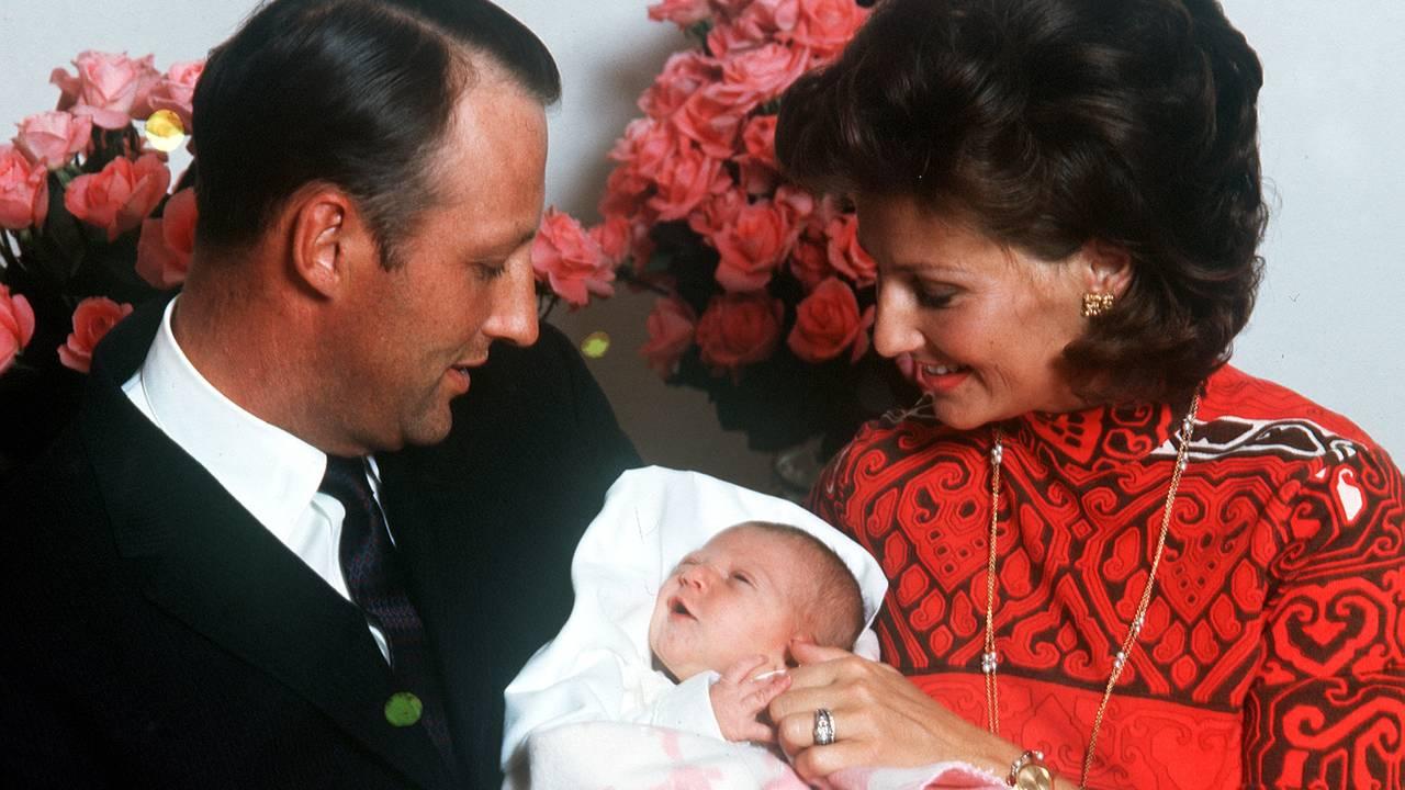 Prinsesse Märtha Louise som baby fotografert sammen med sin far og mor , kronprins Harald og kronprinsesse Sonja