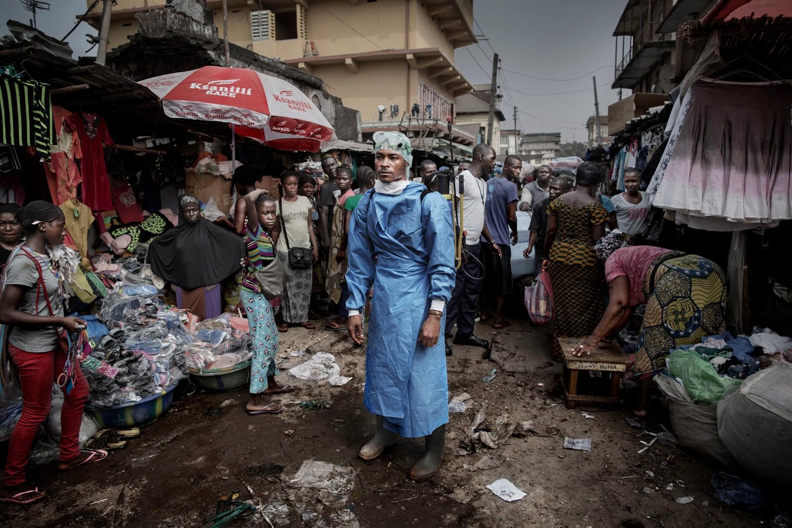 1. pris nyhetsreportasje:  Hjelpearbeidere har kjempet mot ebolaviruset siden utbruddet i mai 2014. I løpet av året klarte de å bekjempe viruset ved blant annet å isolere smittede landsbyer, drive helsekampanjer og stenge grense- overganger. I siste liten kom det internasjonale samfunnet på banen med både helsehjelp og økonomisk støtte. Juryens begrunnelse: Serien er helstøpt. Dette er en ekstremt god skildring av en av de store nyhetshendelsene i 2015. Vi vil berømme fotografen for å dra til ebolarammede land for å dokumentere. Det er en farlig jobb. Avslutningsbildet er overraskende og vakkert.