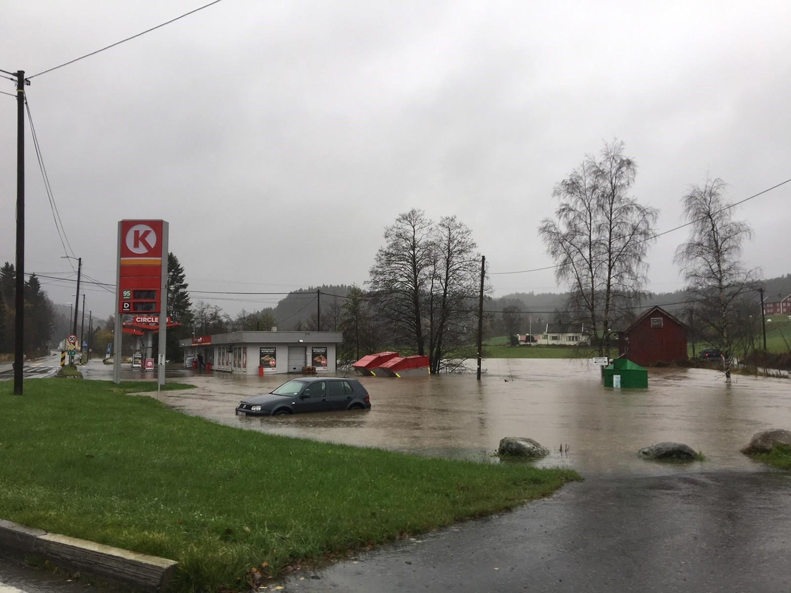 Bensinstasjonen på Fiansvingen i Tvedestrand står under vann.