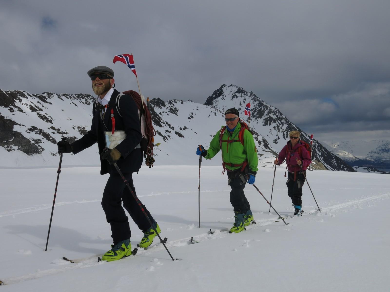 Mikal feirer 17. mai på fjellet med Bjørn Åge og Grethe i 2015.