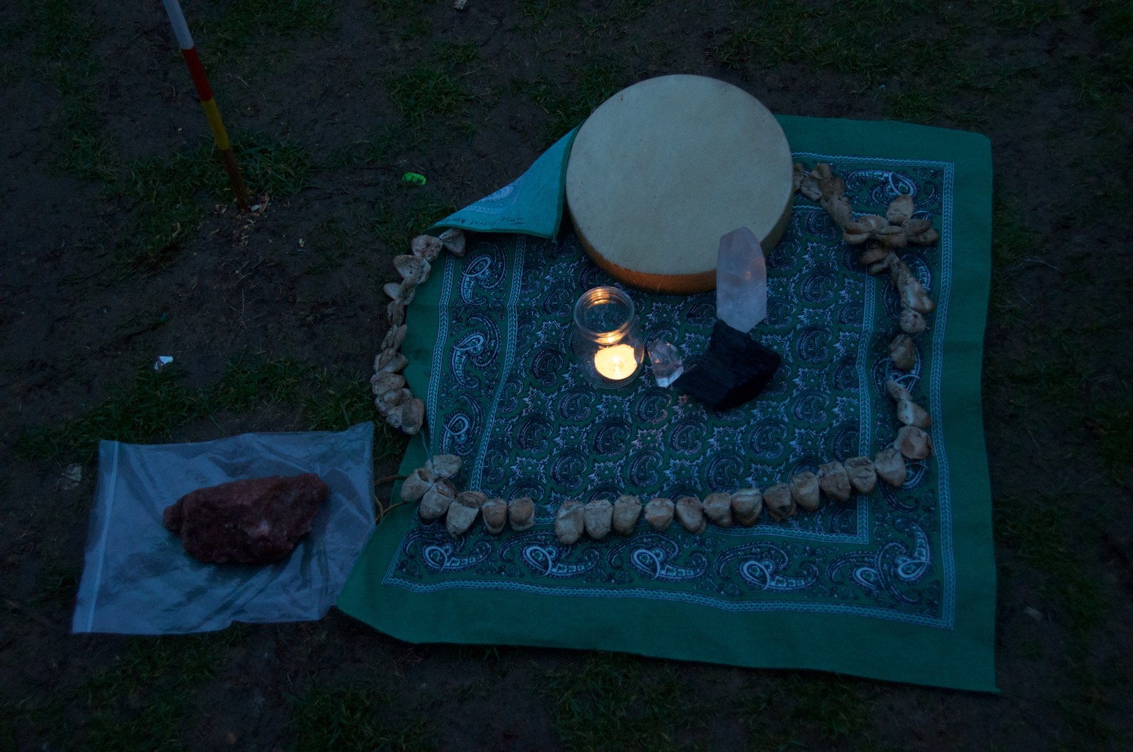 Soloppgangsseremoniens rituelle verktøy.  Urfolk samlet seg til soloppgangsseremoni nedenfor Eiffel tårnet.