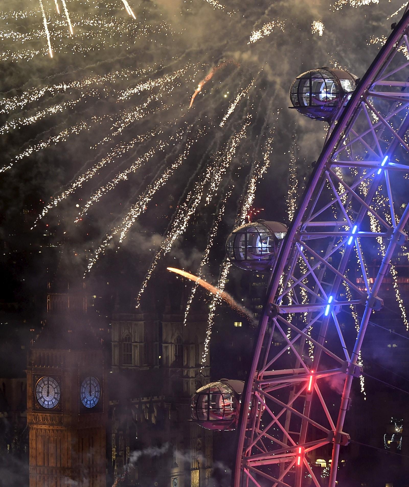 Raketter lyser opp Big Ben og London Eye i London.