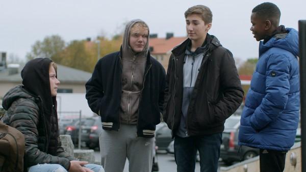 Erik har det ikke bra i klassen og henger heller med nye venner. Men hvor gode kompiser er guttene i den nye gjengen?